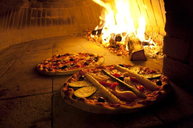 Kőből rakott pizza kemencében sülnek a pizzák