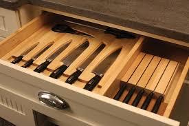 fából készült késtartó fiókba helyezve