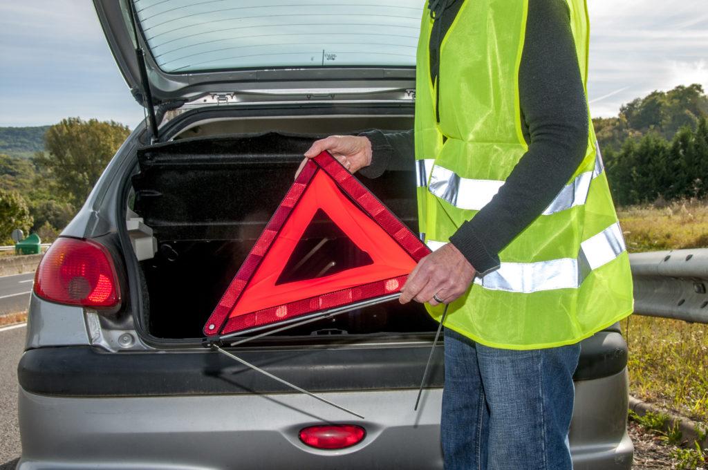 Az elsősegélynyújtó dobozt és az elakadásjelző háromszöget kötelező az autóban tartani!