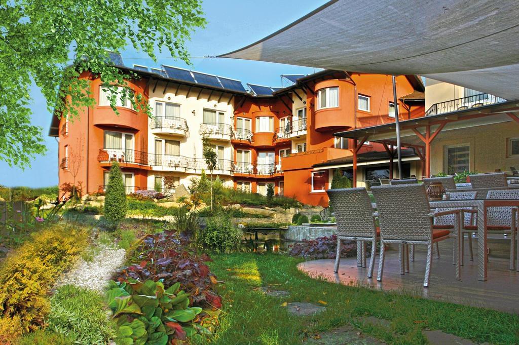 A Szőnyi Hotel a fővárosban található, de csendes környezetben, mivel a hotel Zugló zöld övezetében helyezkedik el.