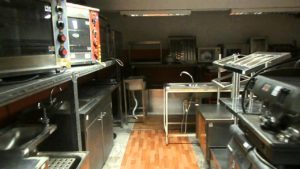 Az éttermek konyhája speciális kialakítású.